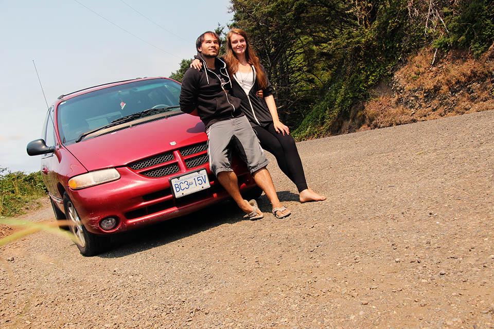 Daniel und Christina vor ihrem Auto