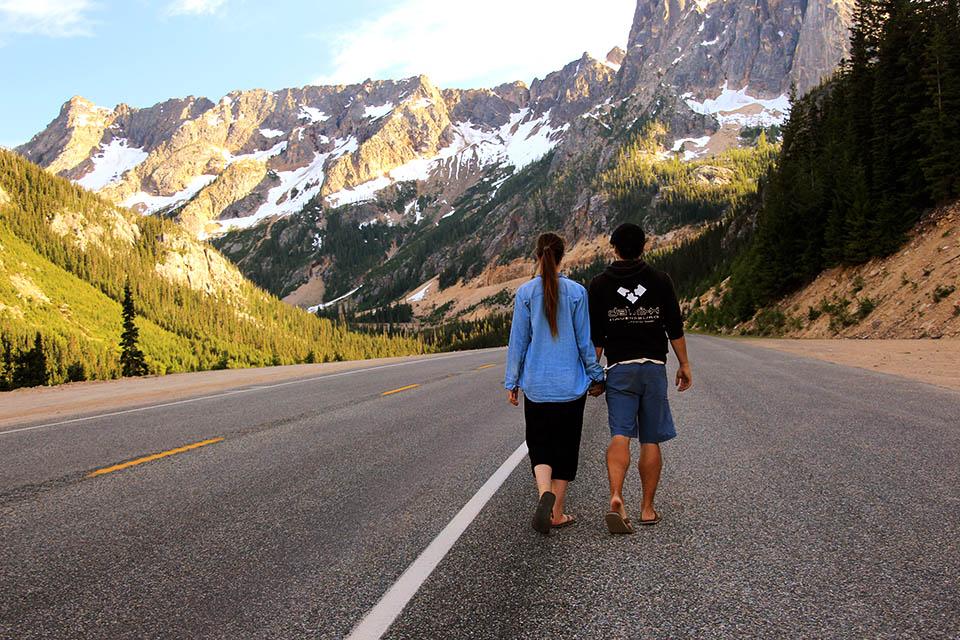 Christina und Daniel laufen an einer Strasse in den Bergen