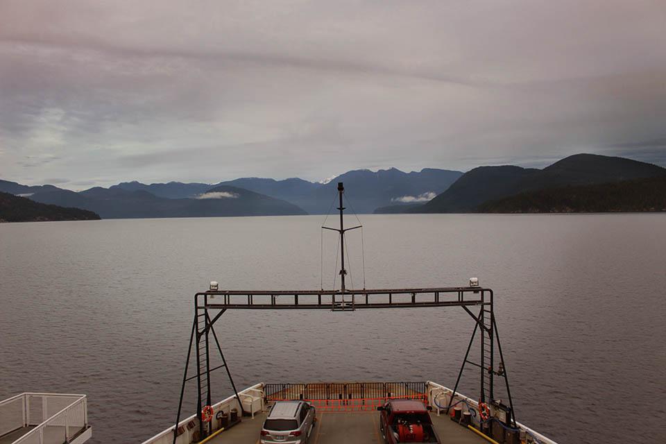 Bild zeigt die Faehre mit Aussicht auf die Berge