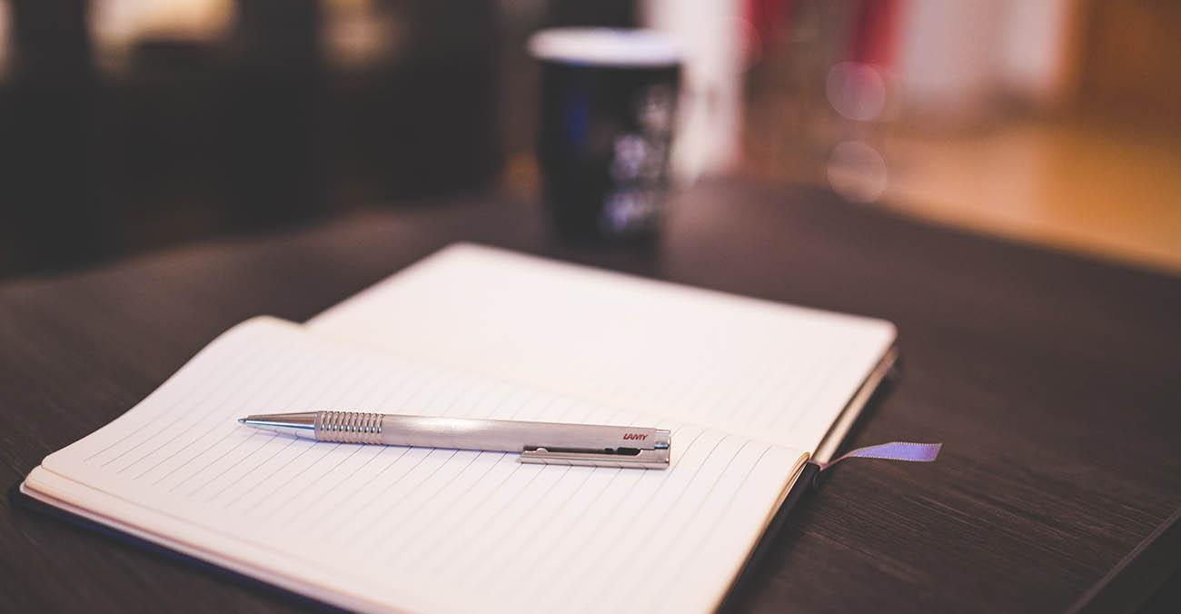 Bild zeigt ein Stift und ein Notizbuch