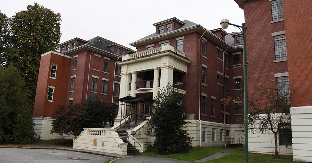 Bild zeigt den Eingang vom West Lawn Building