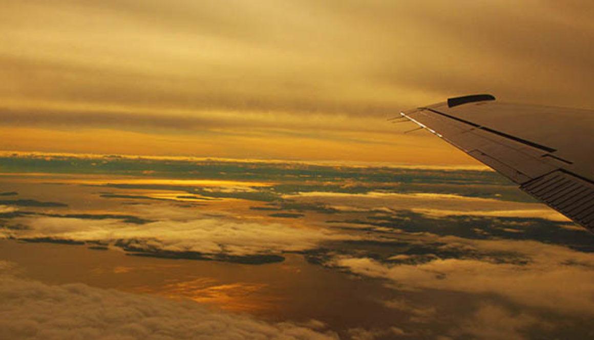 Fluegzeug ueber den Wolken