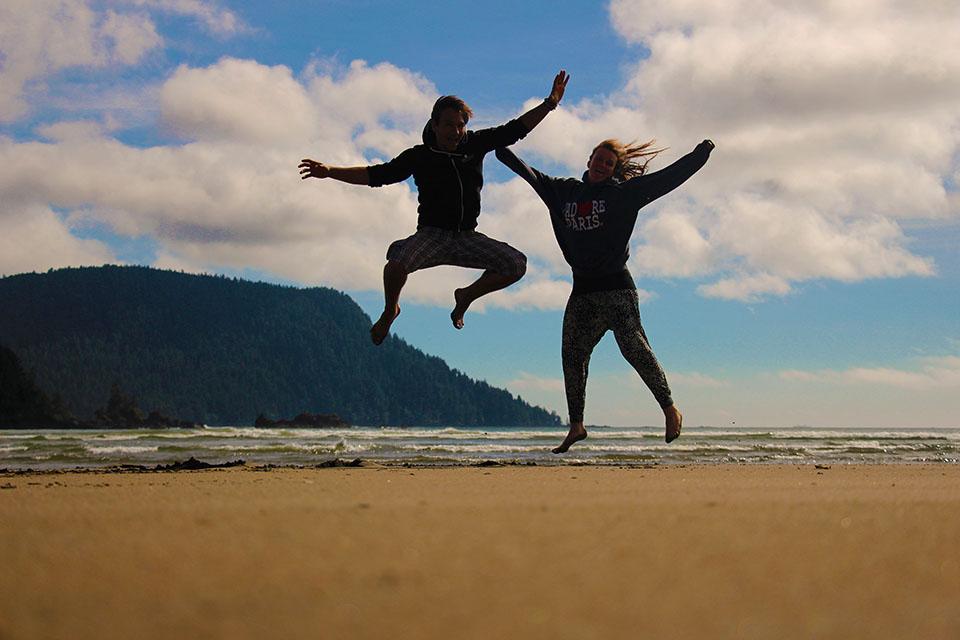 Daniel und Christina am Strand auf Vancouver Island