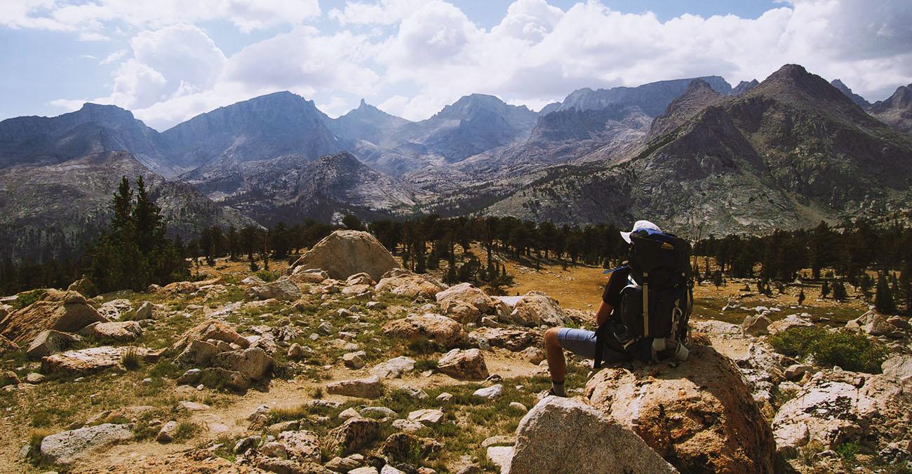 Bild zeigt einen Backpacker in den Bergen