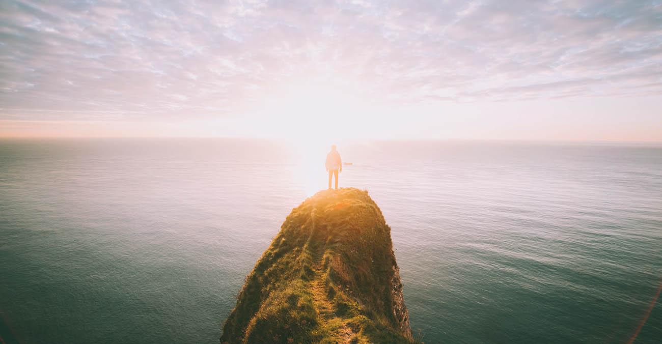 Eine Steinklippe am Meer