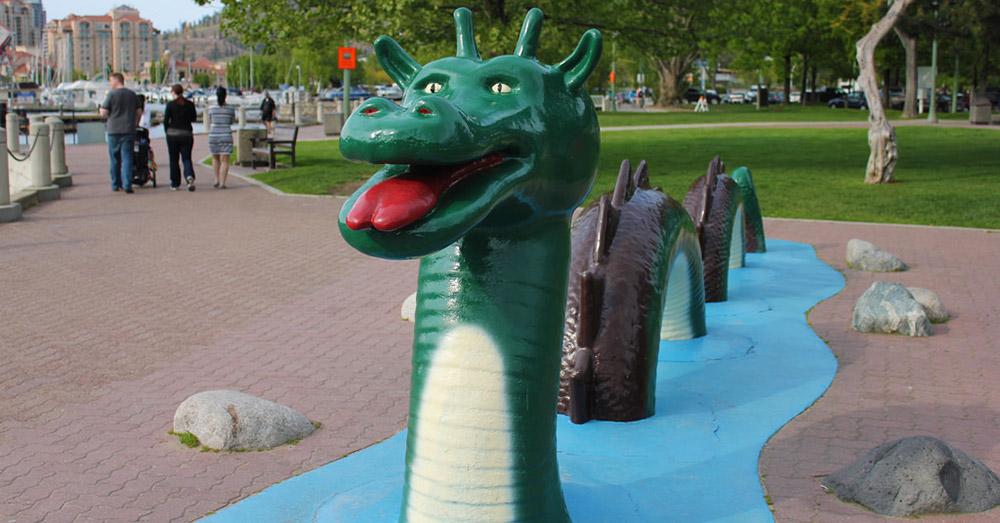 Bild zeigt eine Nachbildung des Monsters vom Okanagan Lake, Ogopogo