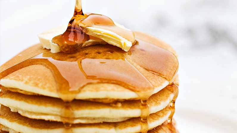 ahornsirup aus Kanada mit Pancakes