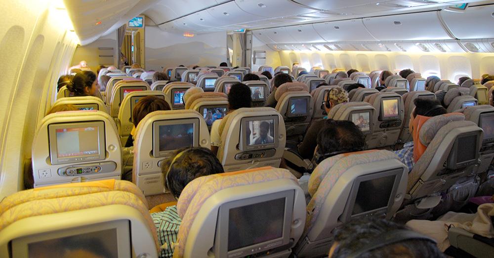 Bild zeigt eine Flugzeugkabine von Innen auf einem Langstreckenflug