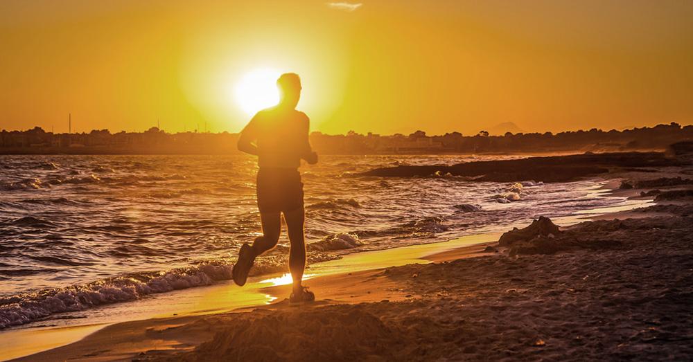 Bild zeigt einen Jogger im Sonnenuntergang