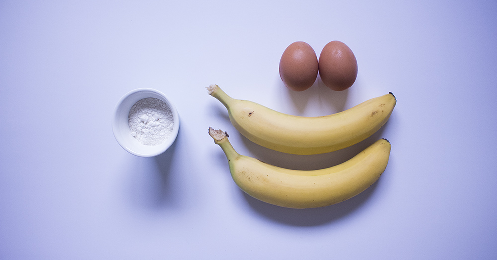 Bild zeigt die Zutaten für Bananen Pancakes: 2 Bananen, 2 Eier, 20g Mehl