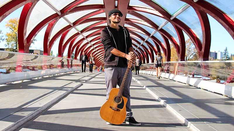 Daniel Kovacs mit Gitarre in Calgary Kanada 2016
